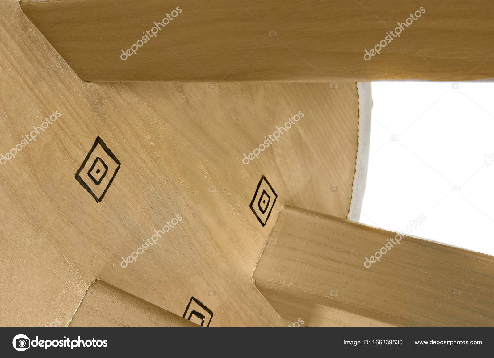 Oro in legno sgabello lavorato a mano con disegni neri. sedile