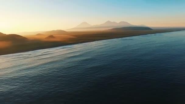 A tengerre gyönyörű naplementék. A távolság hegyek a köd. A légi filmezés