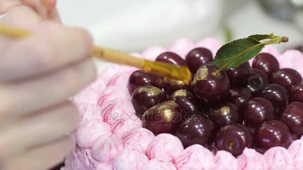 Vaření dort pro dovolenou. Upéct dort narozeninám. Kuchař připravuje pečivo. Dort krém