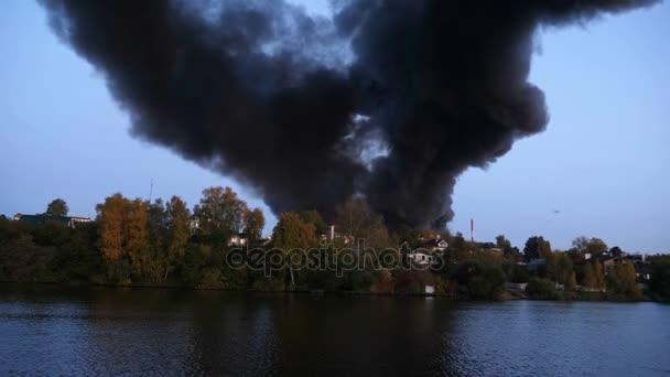 Panorama z kouře ve městě. Město je v plamenech. Budovy v lese hoří. Město je ve smogu a kouř. Oxidu uhelnatého v případě požáru. v návaznosti na ohni s kouřem