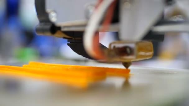 Mit Kunststoff-Draht Filament auf 3D-Drucker drucken. Automatische drei dimensionale 3D-Drucker führt Produktentstehung. Moderne 3d Druck oder additive Fertigung und Roboter-Automatisierungstechnik