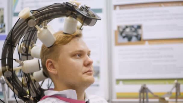 Výzkum mozku. Síla myšlenky. Muž řídí vzdáleně pomocí mozku. Muž napojená na Eeg stroje nebo elektroencefalografu, které vytváří grafický záznam elektrické aktivity