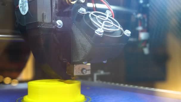 3d Drucker Arbeitsablauf. Stativ. Mit Kunststoff-Draht Filament auf 3D-Drucker drucken. Drei dimensionale Drucker bei der Arbeit im Schullabor, Kunststoff 3D-Drucker, 3D-Druck