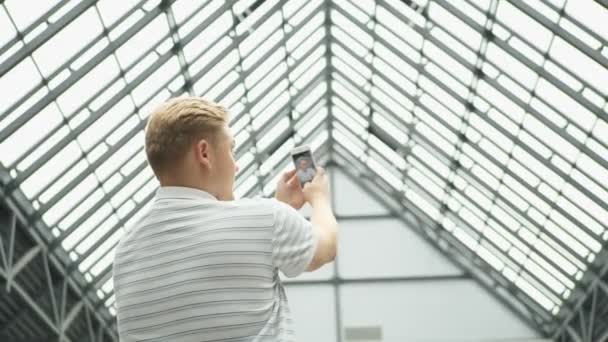 Mladý muž video chaty na chytrý telefon. Pohledný muž vezme selfie. Pár s autoportrét pomocí smartphonu. Datování pár v lásce baví užívání upřímný čerstvý obrázek Foto usmívá