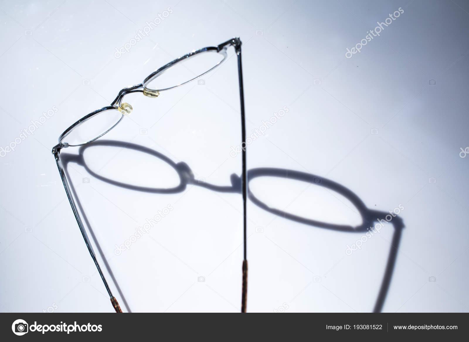 Bril Met Licht : Zou bril geïsoleerd op een witte achtergrond licht en schaduw