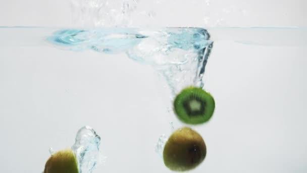 Kiwi spadající do vody