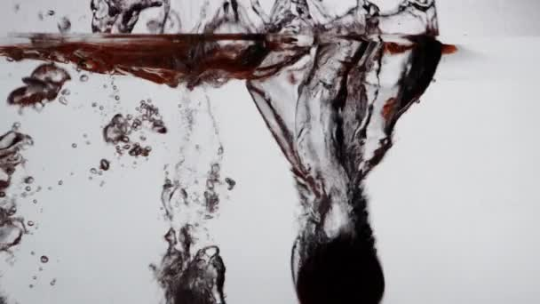 Rajčata silueta pádu do vody