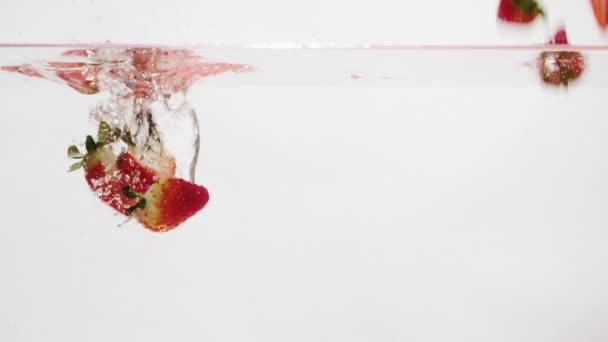 jahoda padající do vody