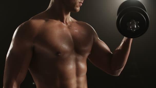 Zdravý mladý muž školení jeho levý biceps.