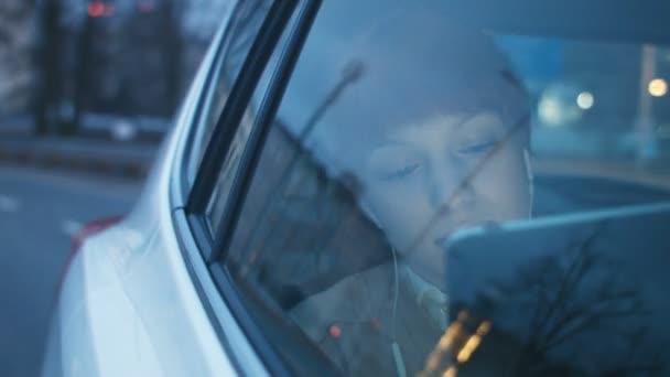 Geschäftsfrau im Auto blickt durch ein Fenster