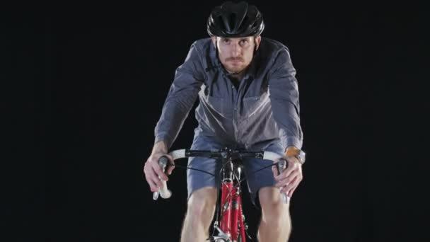 Muž na helmě a na kole