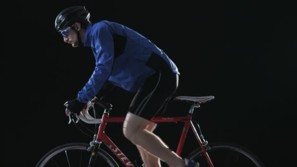 Muž na přilbě a skleničkách jízda na kole