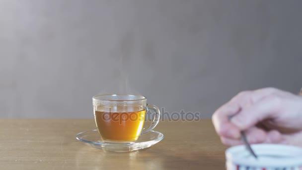 Muž dávat cukr do šálku