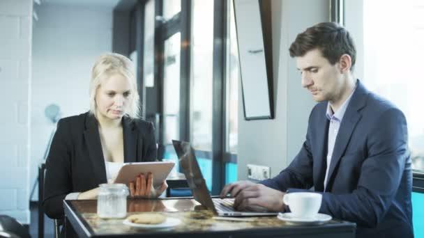 Podnikatel je pomocí notebooku, Žena je pomocí Tablet. Přestávka na oběd. Střílel na Red Epic