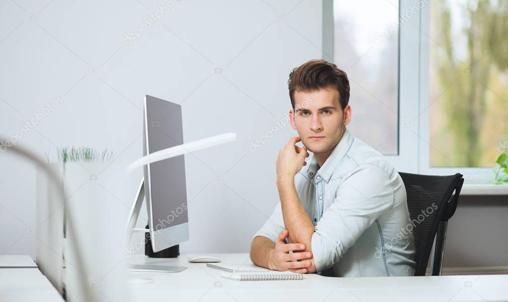 Ufficio Elegante Jobs : Guardando dagli uomini di lavoro in ufficio designer elegante