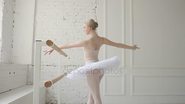junge Ballerina im Ballettkurs