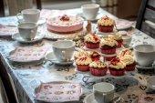 Fotografia Cupcakes e torta sul tavolo da caffè