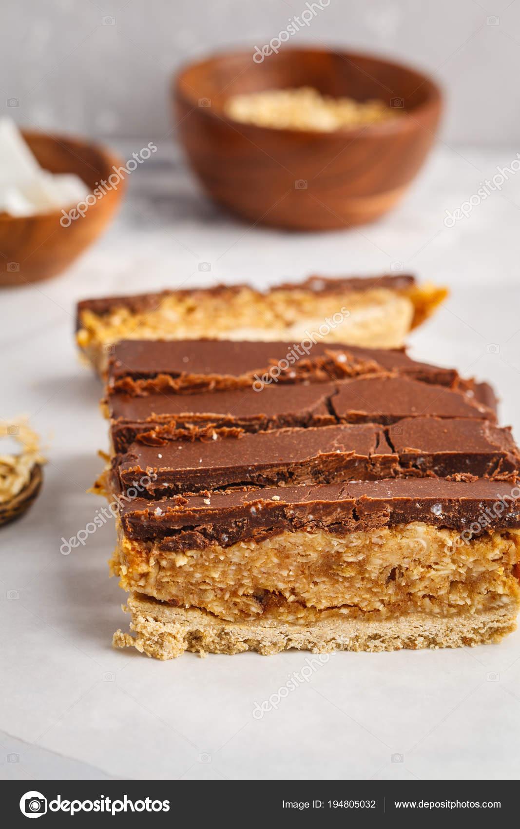 Kokos Oat Roh Vegan Geschnittene Kuchen Mit Schokolade Stockfoto