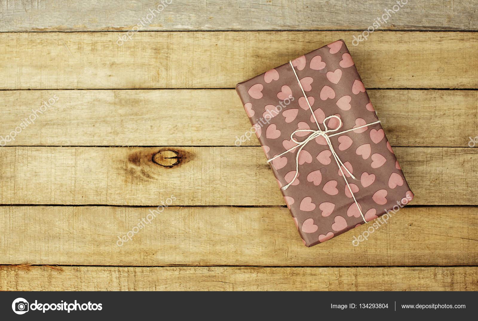 Fundo de madeira com presente em vintage wrap — Stock Photo