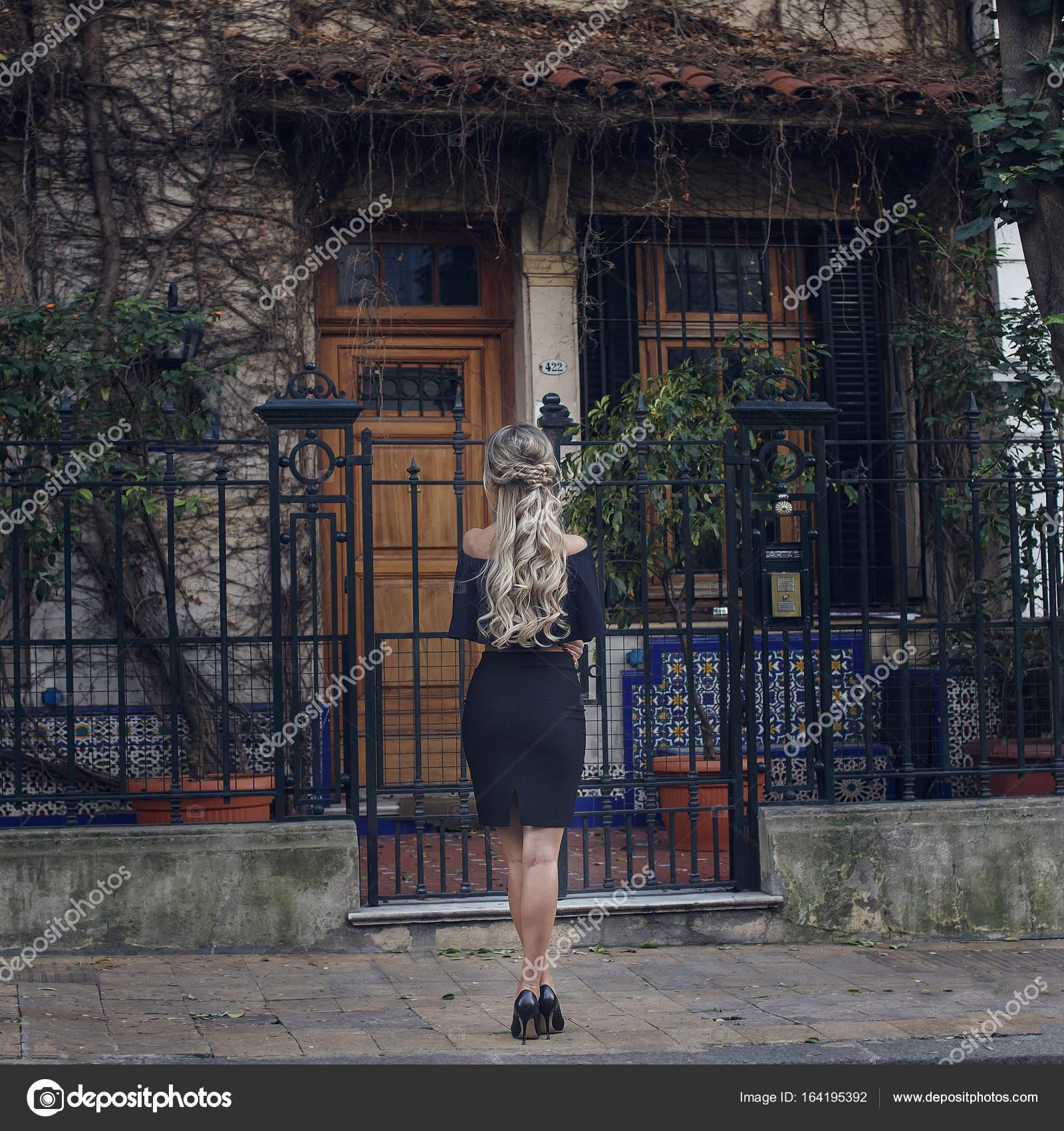 Vista posteriore di giovane donna bionda all 39 esterno for Piani di casa per i lotti di vista posteriore