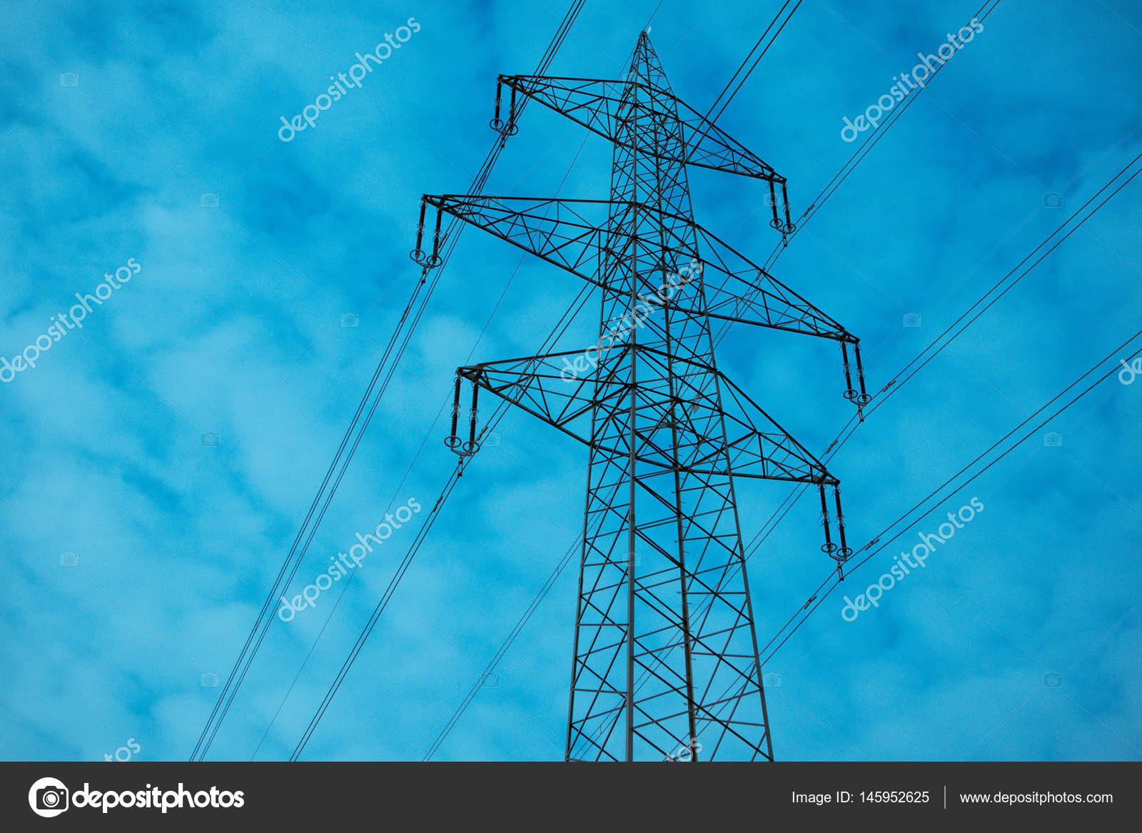 ένα ισχυρό ηλεκτρικό ρεύμα υψηλής τάσης πύργο με σύρματα ... 5d6cc722d39