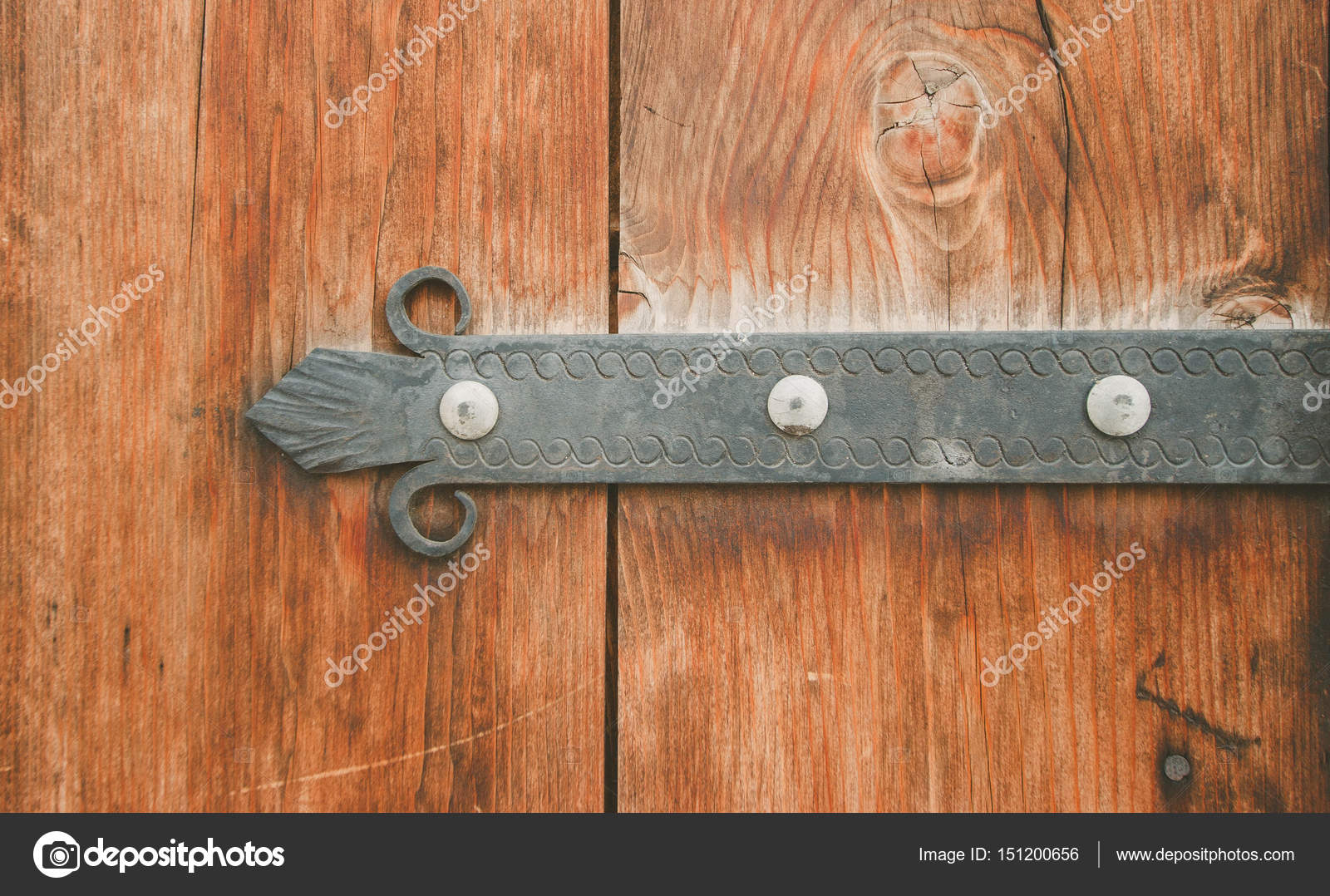 Old wooden door with metal decoration photo depicts for Porte metal 60