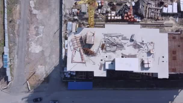 Kilátás nyílik az építkezésre dolgozó daruval és befejezetlen épületekkel. A drónról lőtték le.