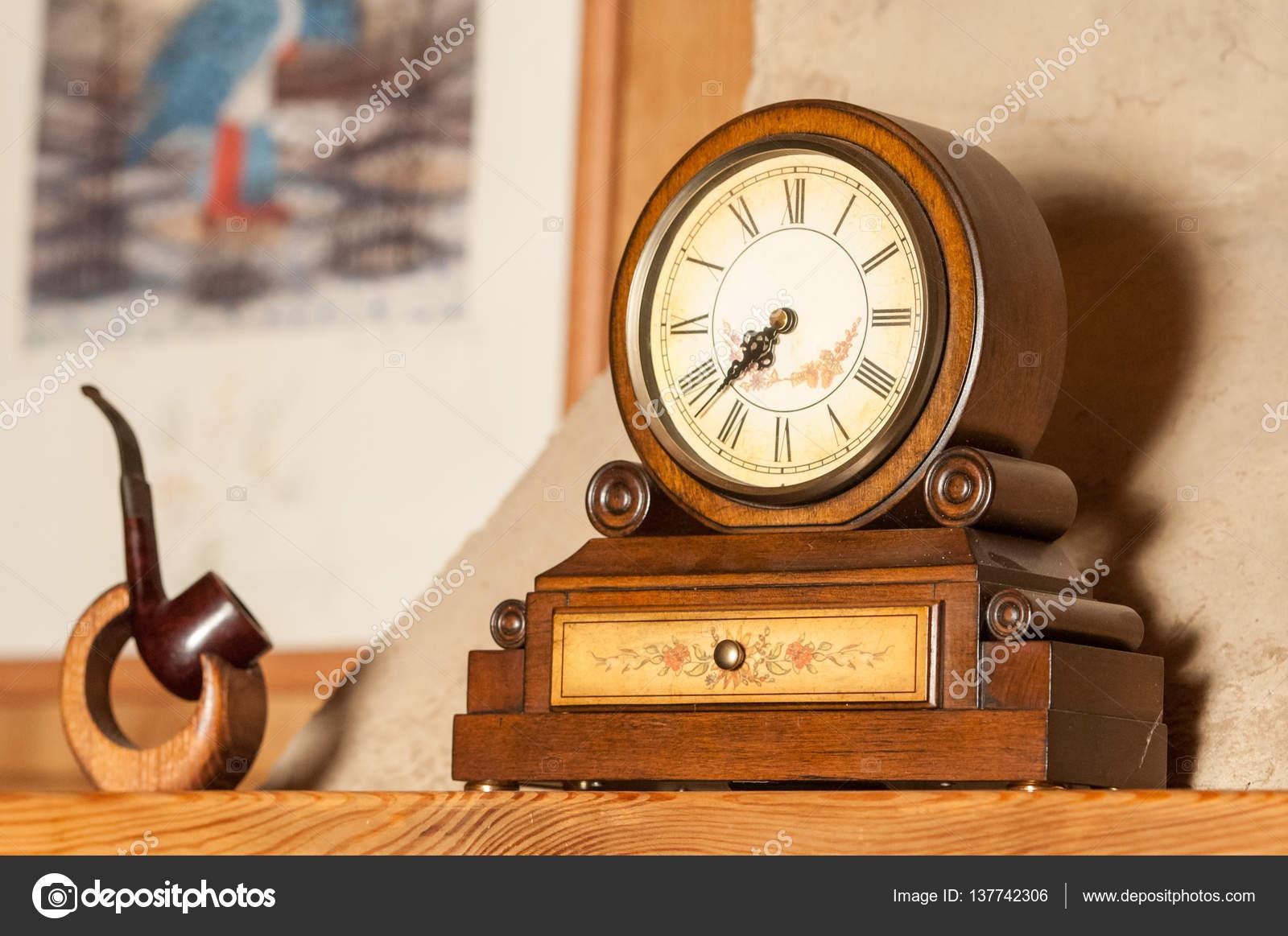 Vintage Holz Uhr Und Tabakpfeife Stehen Auf Dem Kaminsims U2014 Stockfoto