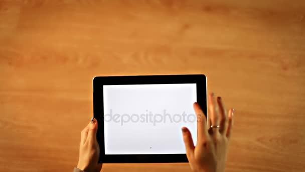 Žena kreslení srdce a srdce pohled na tabletu