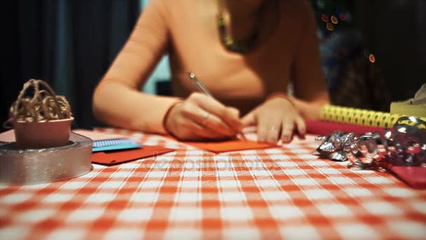 Žena kreslení tvaru srdce pro výrobu valentine karty