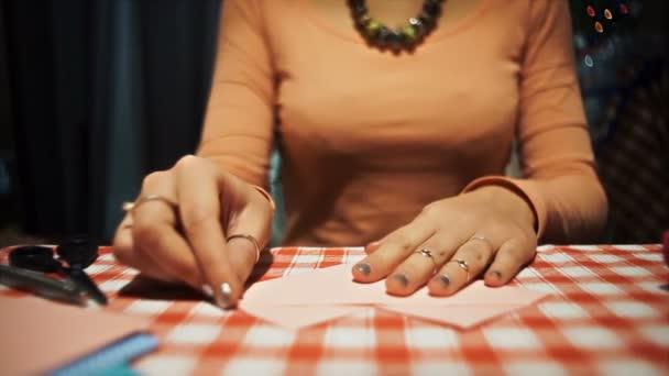 Női origami rózsaszín papírt, hogy a Valentin-nap