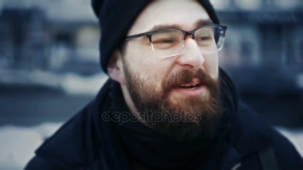 Portrét kavkazské člověka v čepice a brýle