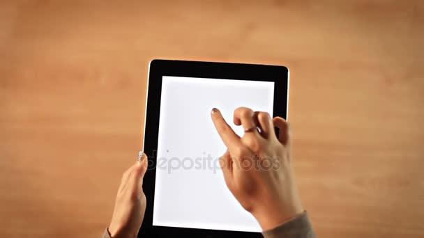 Felülnézet női kezek rajz felkiáltójel szimbólum a digitális tábla függőleges