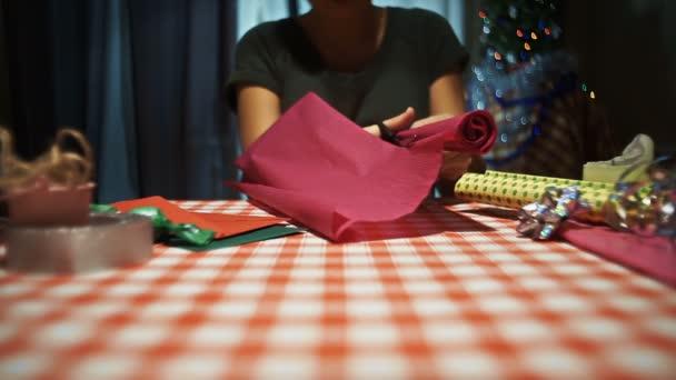 Ženské řezání růžová balicí papír pro balení dárků