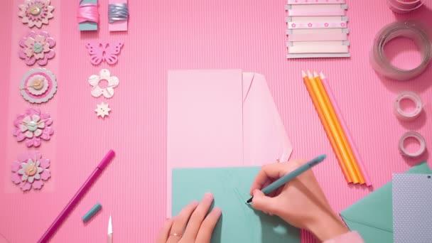 Ragazza di vista superiore disegnando un fiore per scrapbooking in rosa