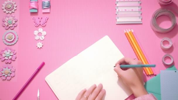 Felülnézet lány írás napló-rózsaszín