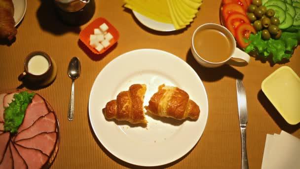 Felülnézet nő vesz egy falatot croissant reggelire