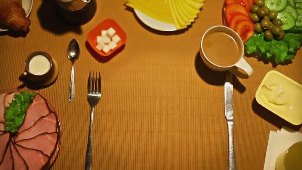 Női kéz, amivel sült tojás az asztalon, a reggeli felülnézet