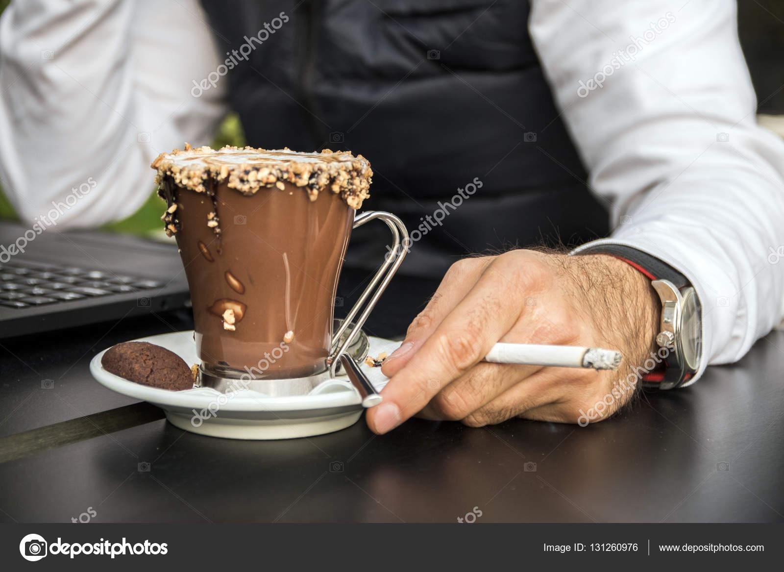 "Expresa tu momento "" in situ "" con una imagen - Página 33 Depositphotos_131260976-stock-photo-man-holding-a-cigarette-in"