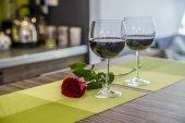 Valentinstag: Weingläser, rote Rosen für einen romantischen Abend