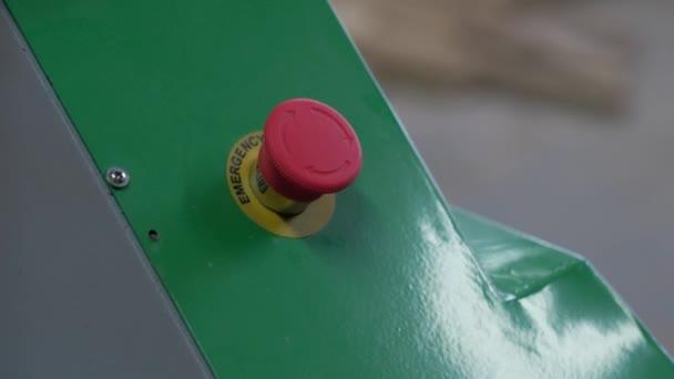 das Mädchen drückt die Notruftaste an der Maschine, drückt die rote Taste an der grünen Maschine, Nothalt