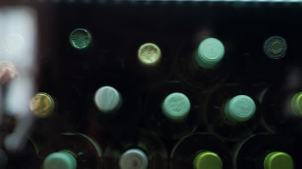 Detailní záběr: láhev vína v lednici v barech