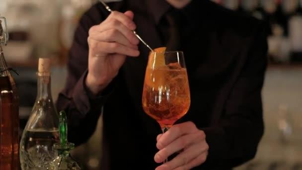 Barkeeper einen Cocktail Zubereitung Citrus Orange Cocktail