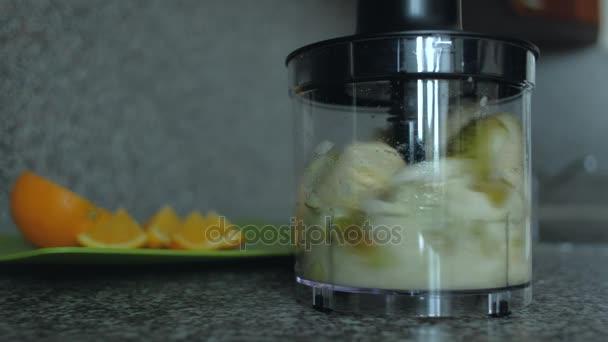 Detail. Ovoce v mixéru. Snídaně vaření. Správná výživa