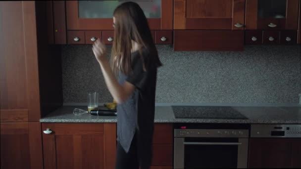 Žena, tanec v kuchyni na snídani