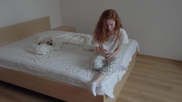 Junge Teenager Madchen Mit Handy Auf Dem Bett Stockvideo