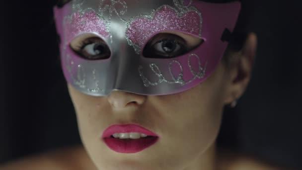 Portrét roztomilá žena v masce carnaval