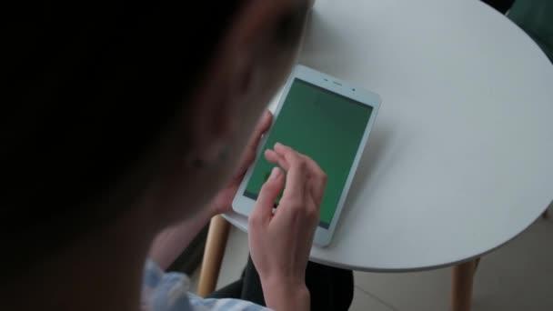 žena pomocí digitálních tabletu