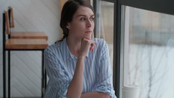 hezká žena sedí v kavárně