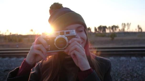 Donna che cattura foto, vintage.